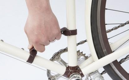 Alça de couro ajuda a carregar a bike com mais conforto