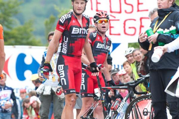 Cadel Evans tem pneu furado por tachinha na 14ª etapa do Tour de France
