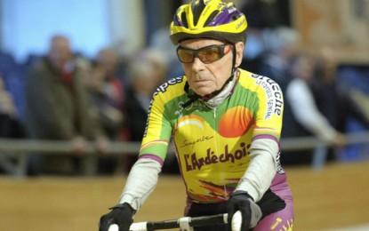 Ciclista de 100 anos de idade percorre 100km de bike e bate recorde