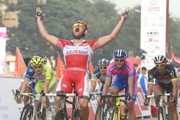 Novato bate Petacchi no sprint e fatura 1ª prova profissional na 4ª etapa da Volta de Pequim