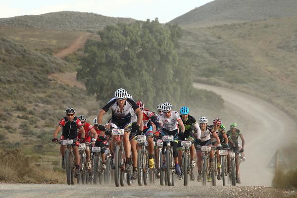 Pelotão no percurso da 3ª etapa, a mais longa da edição 2014 Foto: Shaun Roy