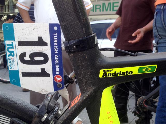 A bike de Rafael Andriato leva a bandeira do Brasil