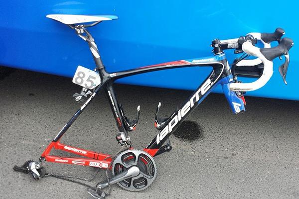 Após queda em Flanders, Murilo Fischer mostra bike quebrada