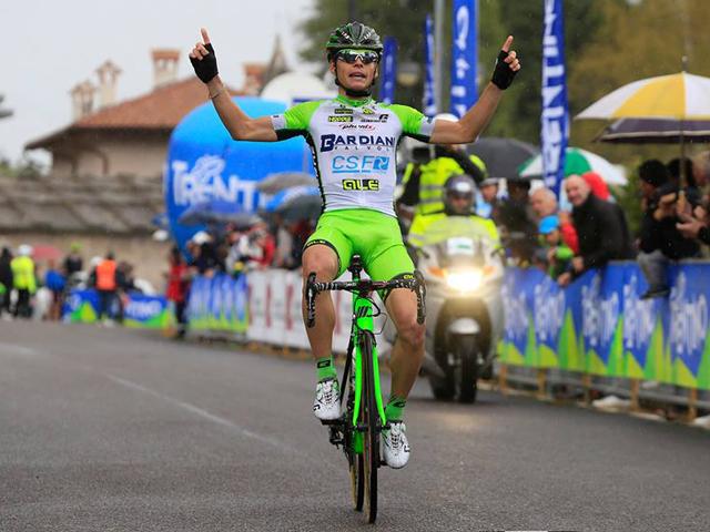 O italiano Edoardo Zardini festeja a vitória na 2ª etapa do Giro de Trentino