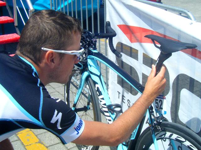O belga Kevin de Weert, da OmegaPharma-QuickStep, ajeita o selim antes da largada da 4ª etapa da Volta da Turquia de 2014