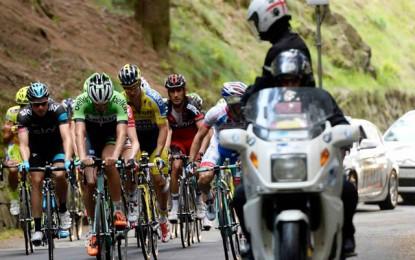 Moto atinge policial a 17,7 km do final da 14ª etapa do Giro; veja vídeo