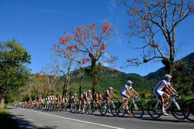 Ciclistas em disputa no Rio de Janeiro