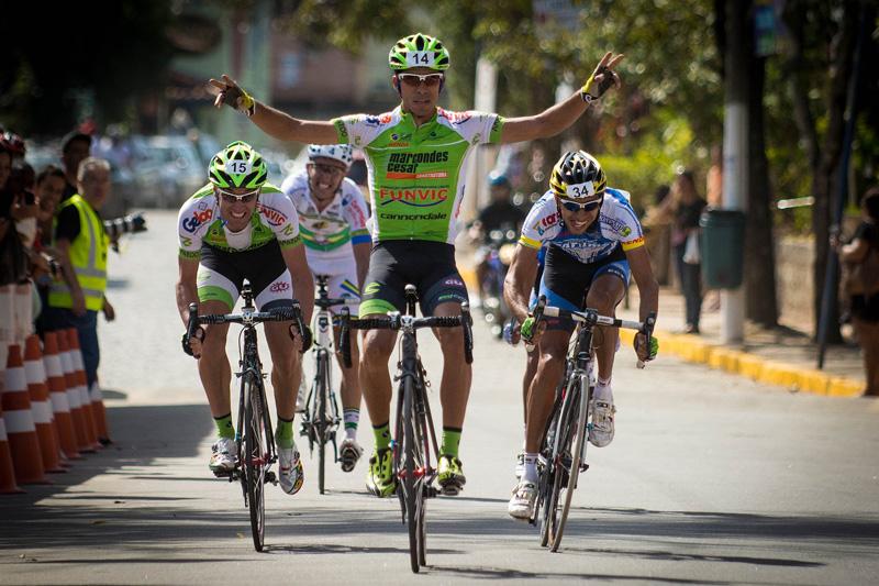 Renato Ruiz comemora a vitória na Copa Rio de Ciclismo