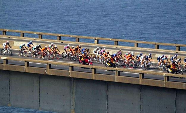 Pelotão na Ponte Rio-Niterói, no percurso do Tour do Rio