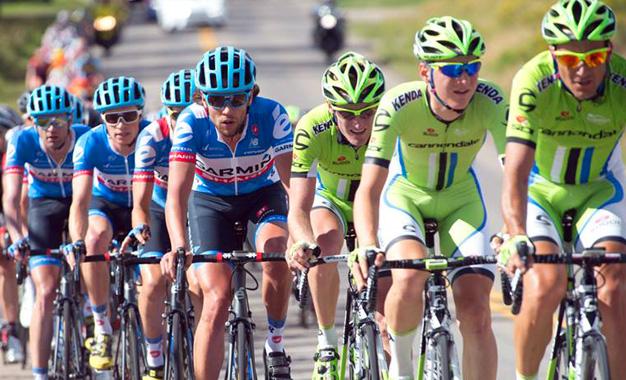 Ciclistas da Garmin e da Cannondale no pelotão da competição USA Pro Challenge