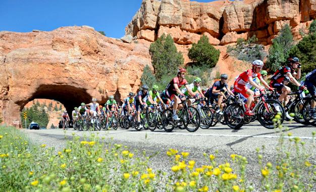 Pelotão no percurso da 2ª etapa do Tour de Utah