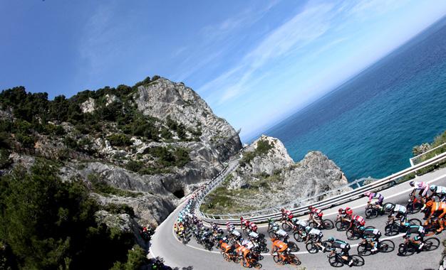 No belo percurso pela Riviera Italiana na 2ª etapa do Giro Foto: Ansa/Dal Zennaro-Peri