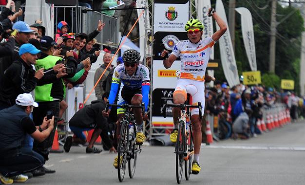 Alex Diniz comemora a vitória no sprint da Volta do ABCD 2015