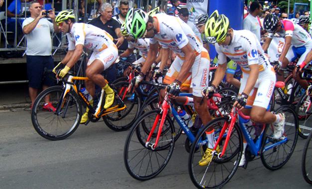 Ciclistas da Funvic na largada da Elite do GP Campinas Foto: Dani Prandi