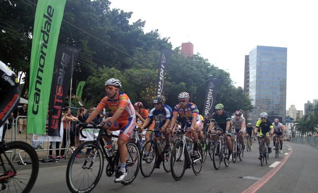 Na disputa na Avenida Norte-Sul Foto: Marcos Adami