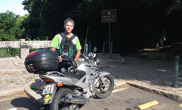 Artur Casto percorre o circuito olímpico do ciclismo de moto para vistoria técnica