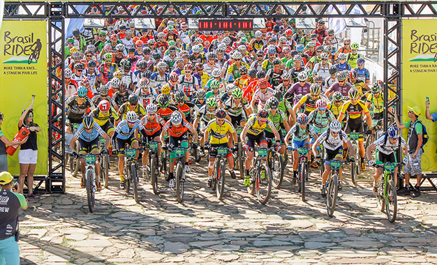 Bikers na largada da ultramaratona Brasil Ride em Rio de Contas