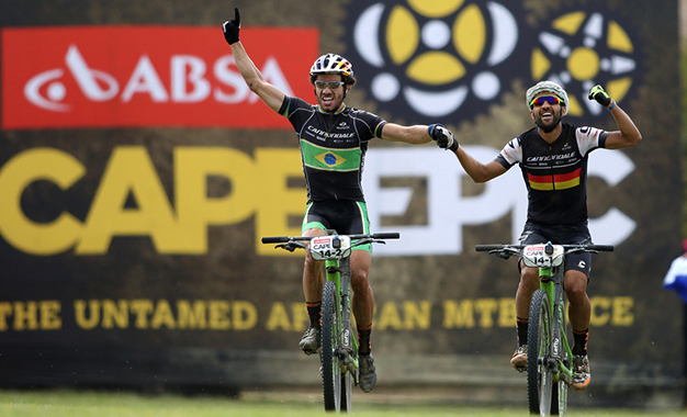 Avancini e Fumic comemoram a vitória na etapa final Foto: Shaun Roy/Cape Epic/Sportzpics