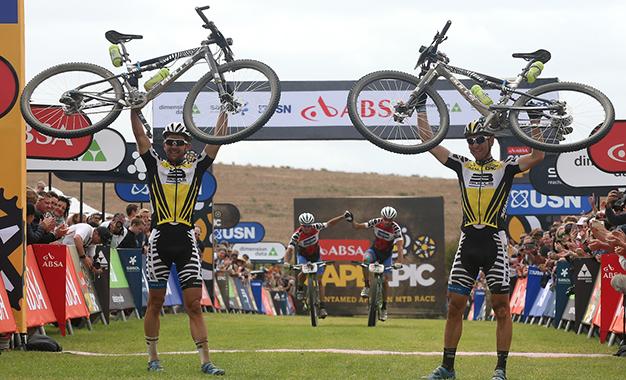 Os campeões Karl Platt e Urs Huber Foto: Shaun Roy/Cape Epic/Sportzpics
