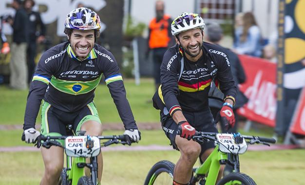 Avancini e Fumic na chegada da 6ª etapa Foto: Dominic Barnardt/Cape Epic/Sportzpics