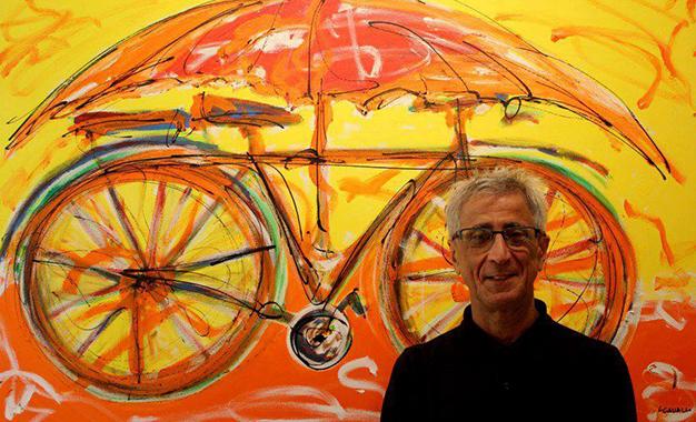 Luiz Cavalli e uma de suas pinturas Foto: Maria Braga