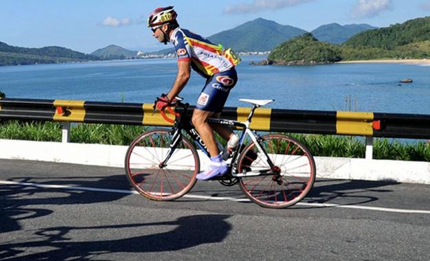 Atleta no percurso do Granfondo Brasil de Ciclismo Foto: Ivan Storti