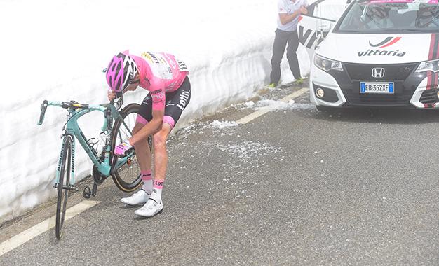 Steven Kruijswijk após a queda que lhe custou a maglia rosa