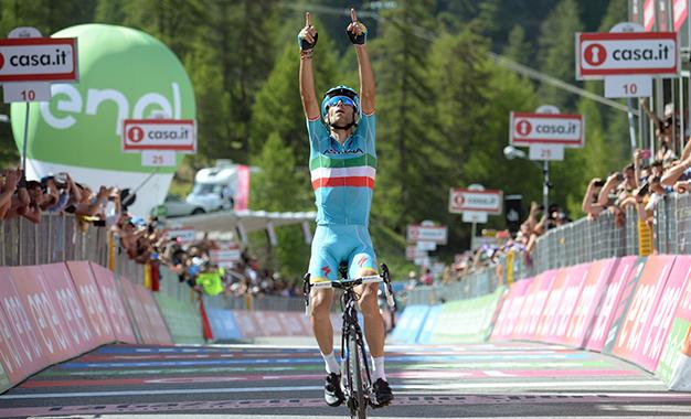 Nibali comemora a vitória da 19ª etapa