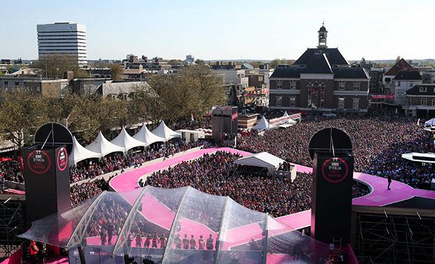 Multidão recebe os ciclistas na apresentação das equipes em Apeldoorn, na Holanda Foto:RCS