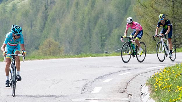 Nibali acelerou e abriu tempo na penúltima subida