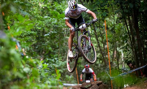 Nino Schurter em Cairns, na Austrália, na 1ª etapa da Copa do Mundo Foto: ©UCI/Cerveny