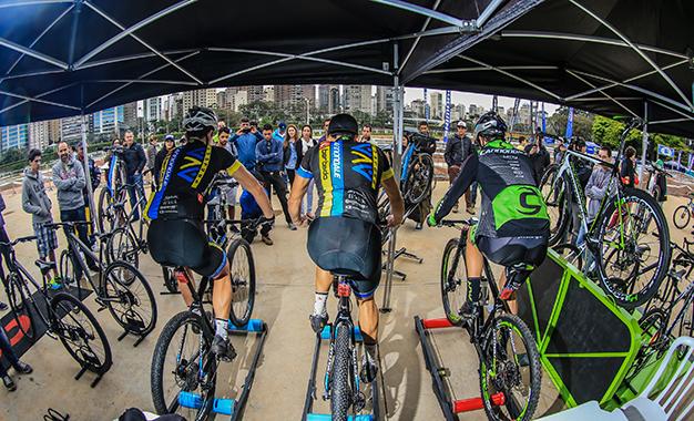 Ciclistas profissionais aquecem para o Short Track (Rodrigo Philipps / Shimano)
