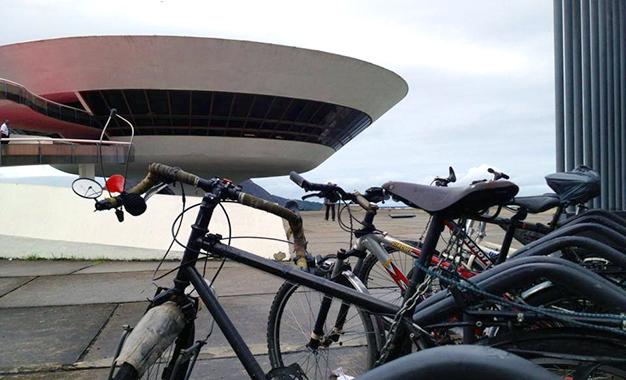 Bicicletário do MAC em Niterói, museu projetado por Oscar Niemeyer