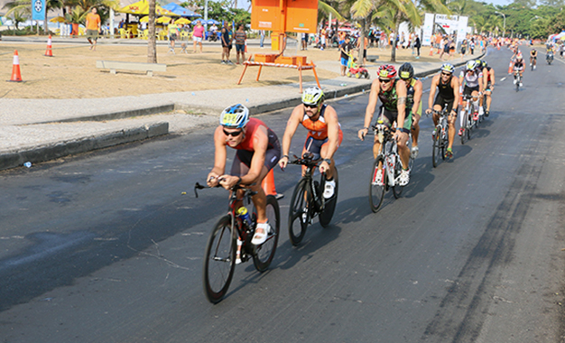 Disputa do ciclismo na prova de triathlon
