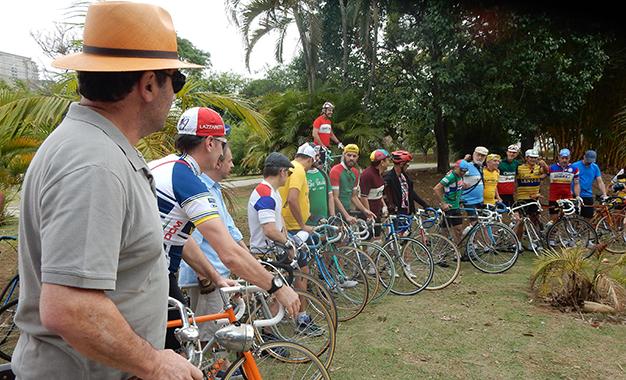 Grupo reunido para a largada do Giro Vecchio