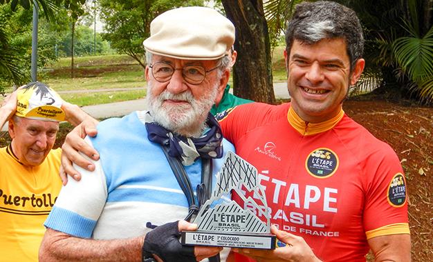 Cleber Anderson entrega o troféu do L'Étape