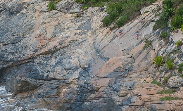 Atletas no trecho de corrida de montanha
