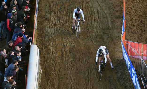 Na descida da pista da 7ª etapa da Copa do Mundo de Ciclocross