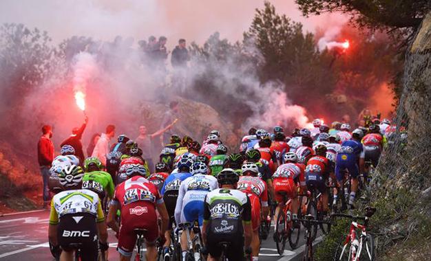 Fãs soltaram fogos na passagem do pelotão pela Cipressa