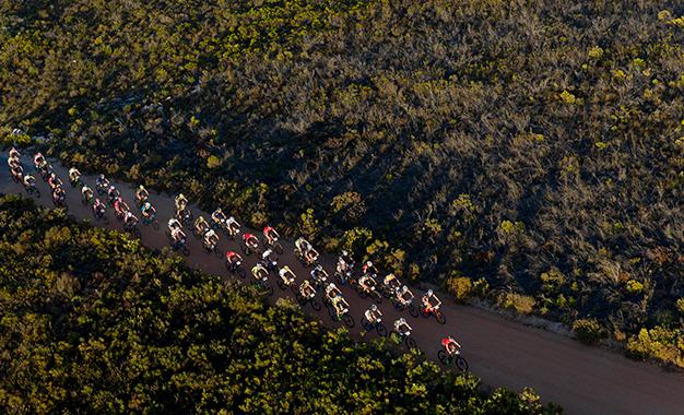 Pelotão na 1ª etapa da Cape Epic Foto: Greg Beadle/Cape Epic/SPORTZPICS