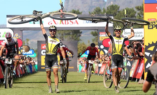 Schurter e Stirnemann na chegada da etapa final Foto: Shaun Roy/Cape Epic/SPORTZPICS