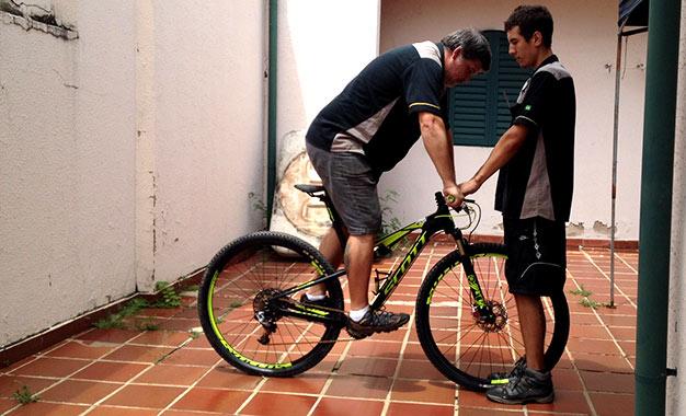 Foto meramente ilustrativa: o biker deve estar totalmente equipado e com a roupa de pedalar para um ajuste preciso