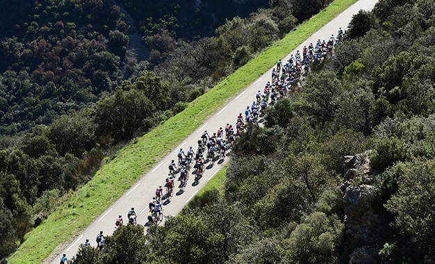 Pelotão na 6ª etapa da Paris-Nice, a primeira nas montanhas