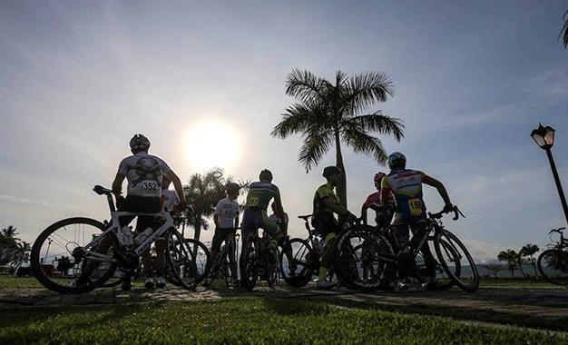 Ciclistas aguardam largada do Desafio Tour do Rio em Paraty (RJ) Foto: Ivo Gonzalez
