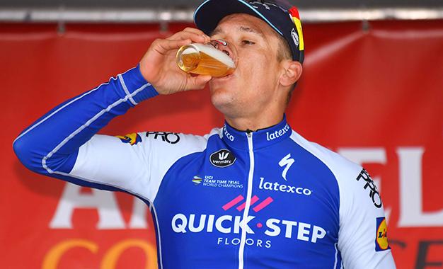 Cerveja, é claro, para o campeão Gilbert