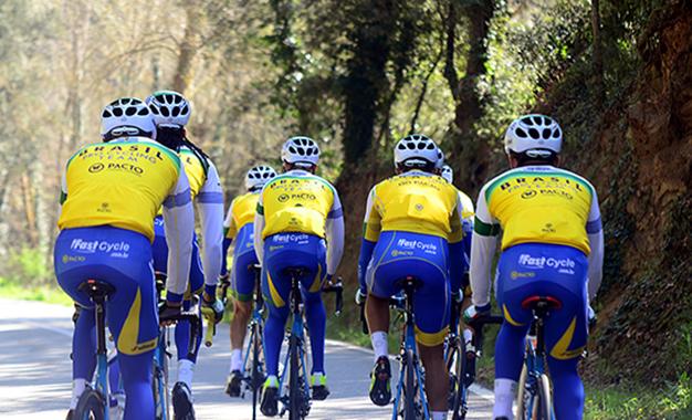 Ciclistas da Funvic durante treino na Espanha Foto: Luis Claudio Antunes/Divulgação
