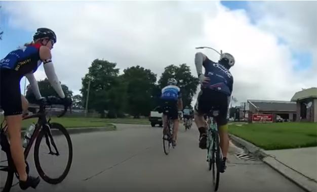 Reprodução de imagem do vídeo que mostra o ciclista alvejado por tiro