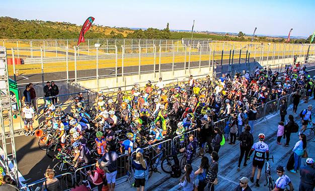 Ciclistas alinhados para a largada no pit-lane
