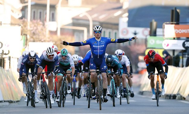 Paris-Nice: Sam Bennett vence sprint da etapa de abertura